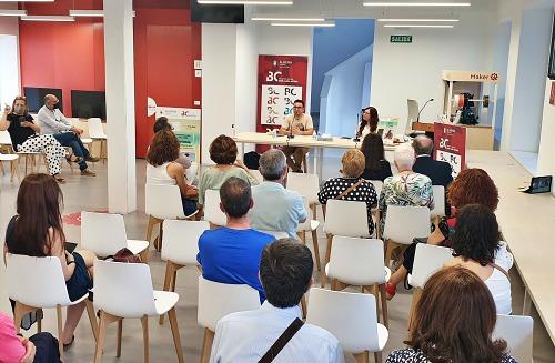Irene Cortés comparte su primer poemario, 'Arritmia', en una emocionante presentación