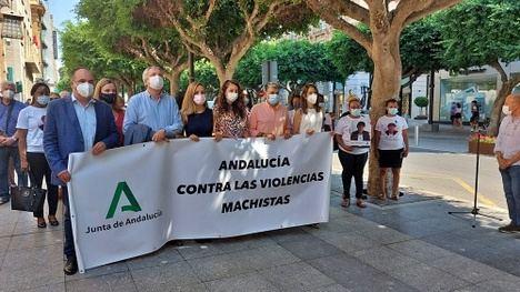 Minuto de silencio y acto de condena tras el asesinato machista de Roquetas de Mar