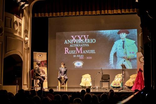 Ruiz Manuel sale por la 'puerta grande' del homenaje que le brindó la afición de Almería