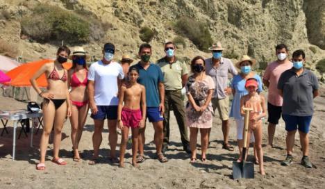 Raquel Espín visita en Mojácar a los voluntarios que custodian un nido de tortuga boba