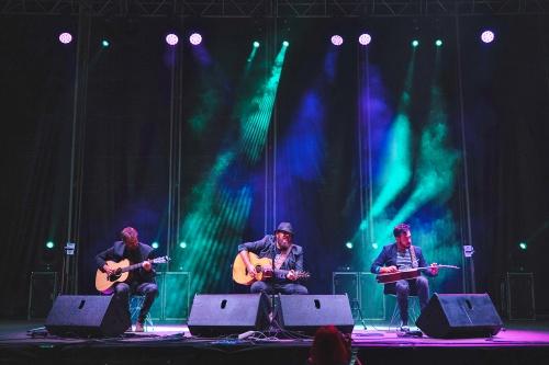 Kutxi Romero ejerce de patriarca poeta del rock en su concierto almeriense