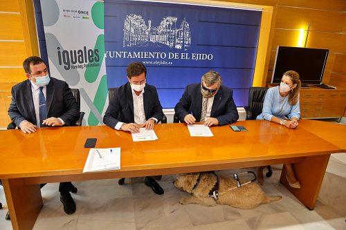 Ayuntamiento de El Ejido y ONCE firman un convenio de atención a personas con discapacidad