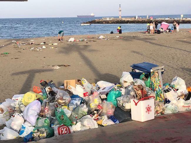 La Noche de San Juan dejó 24.580 kilos de basura en las playas de Almería