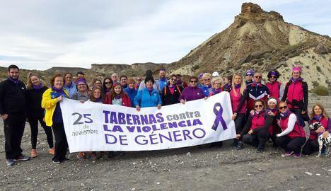 """Tabernas """"camina"""" contra la violencia de género"""