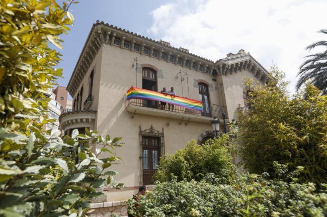 El Ayuntamiento alcalde coloca la bandera arcoiris por el Orgullo LGBTI