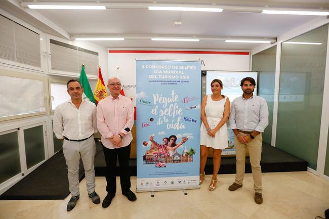 La capital almeriense se promociona a golpe de selfie en el Día Mundial del Turismo