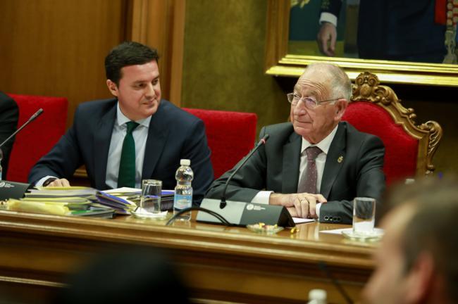 Amat deja su cargo en Diputación con una emotiva y aplaudida despedida de la Corporación