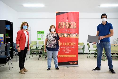 El Ayuntamiento gestiona la donación de un ordenador a la Asociación Asperger Almería