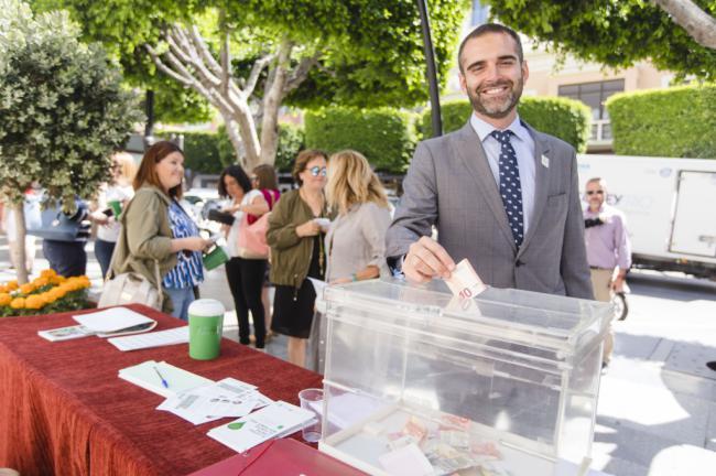 El alcalde participa en la tradicional cuestación anual contra el cáncer