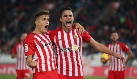 2-1: El Almería consolida su fortín en el Mediterráneo con una remontada
