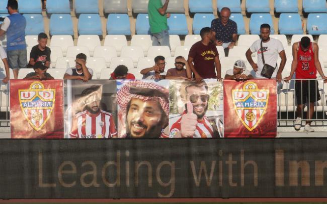 Seguidores árabes portan pancartas del nuevo propietario Turki Al-Sheikh