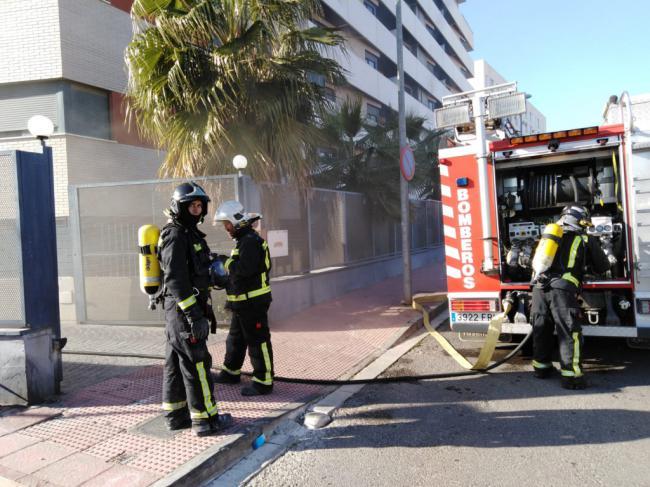 Los Bomberos evacuan a tres vecinos que pretendían sacar sus vehículos tras un incendio de un inmueble en Villablanca