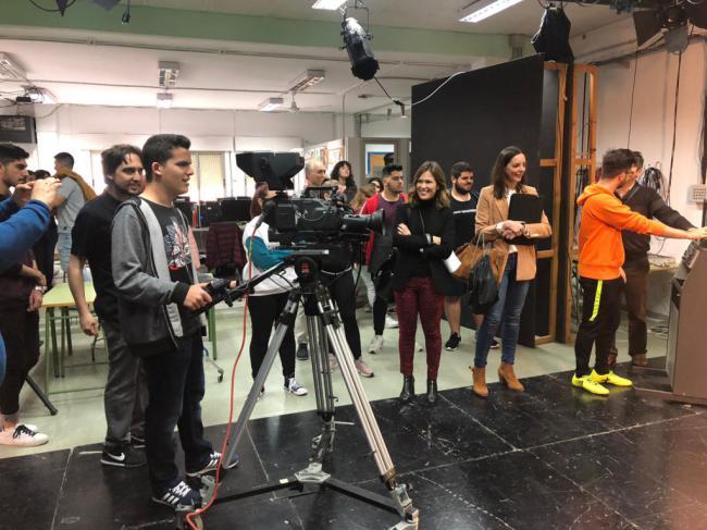 La televisión municipal cede equipamiento para formación de alumnos del IES Albaida