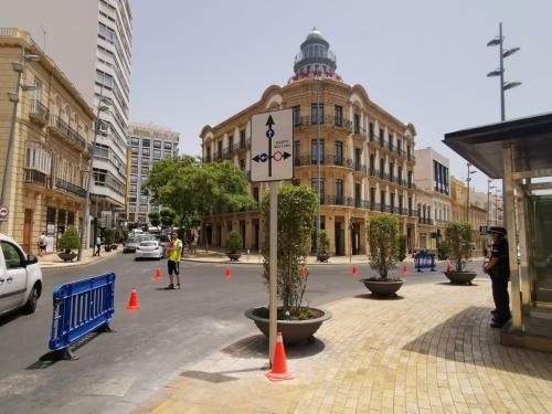 Señalización previa a la reordenación del tráfico en el Paseo de Almería