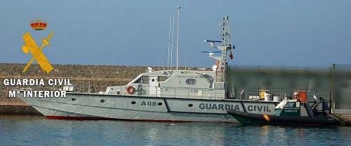 La Guardia Civil auxilia a cuatro personas en una embarcación abatida contra el rompiente del puerto de Garrucha