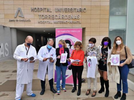 Paola Laynez y el IES Maestro Padilla entregan a Torrecárdenas la revista dedicada a sanitarios