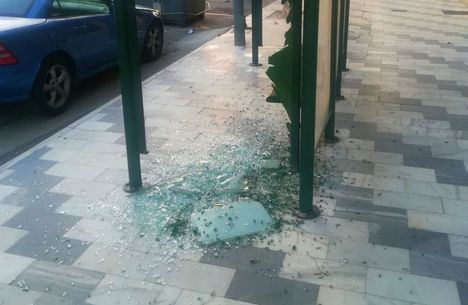 Detenido por romper un espejo retrovisor y una luna de la parada del autobús en Olula del Río