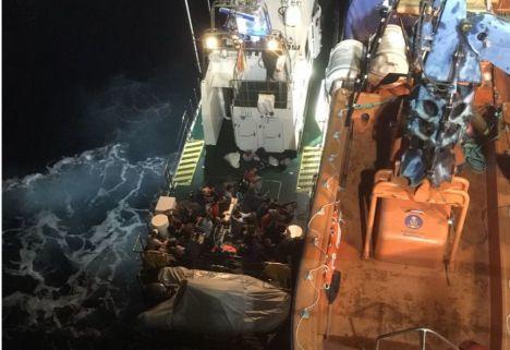 Trasladan a Motril y Almería a un total de 228 migrantes rescatados de pateras en el Mar de Alborán