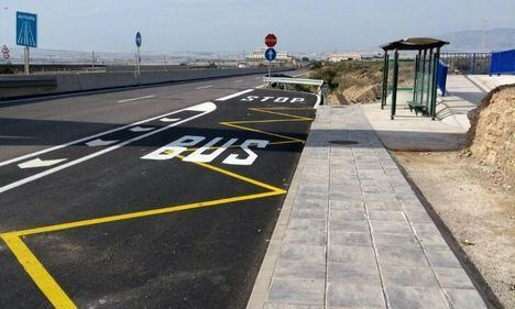Los vecinos del barrio de San Nicolás de La Mojonera recuperan la parada de autobús