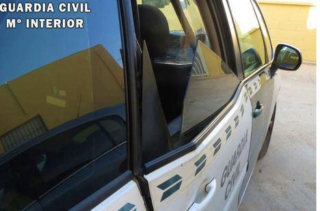 Destroza un coche de la Guardia Civil tras ser detenido en Vícar