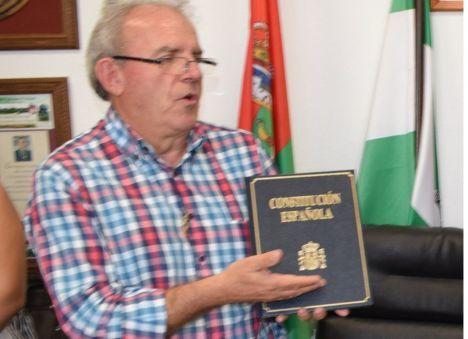 El alcalde de Vícar obsequia un ejemplar de la Constitución a los 248 nuevos votantes