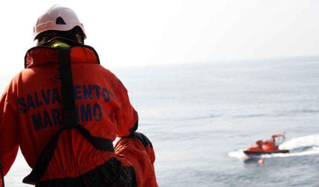 Un pesquero y Salvamento Marítimo rescatan a 156 personas de dos pateras