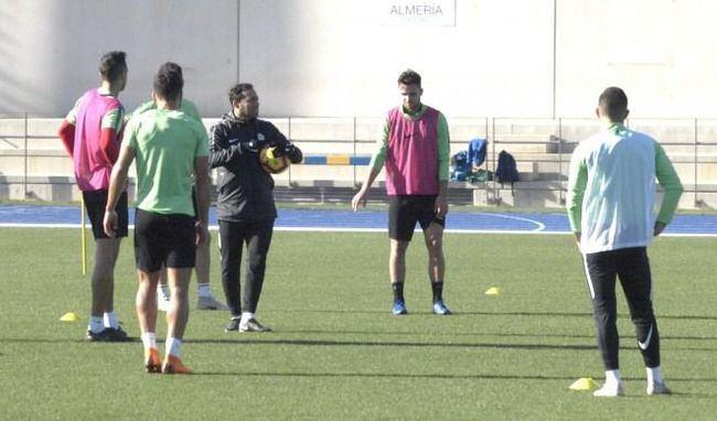 El Almería trabaja a puerta cerrada en el Estadio de los Juegos Mediterráneos