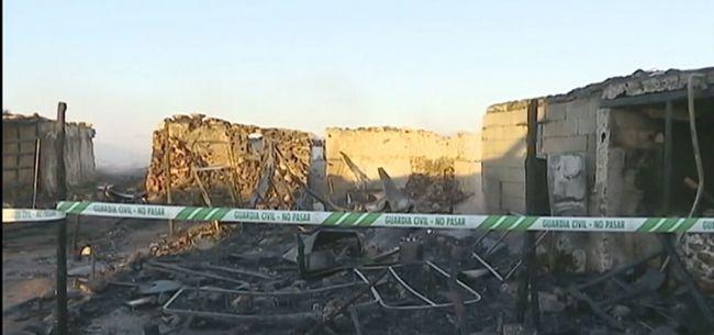 Más de 20 desalojados por un incendio en un poblado de infraviviendas en Níjar