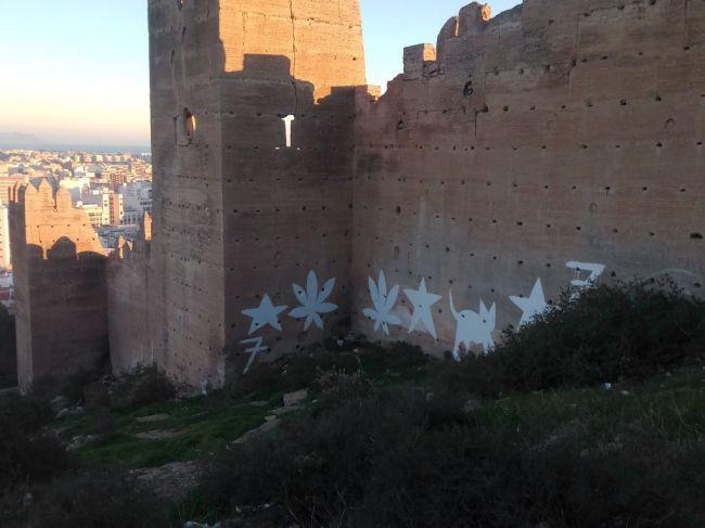 11.000 euros costará limpiar las pintadas de las murallas de la Alcazaba