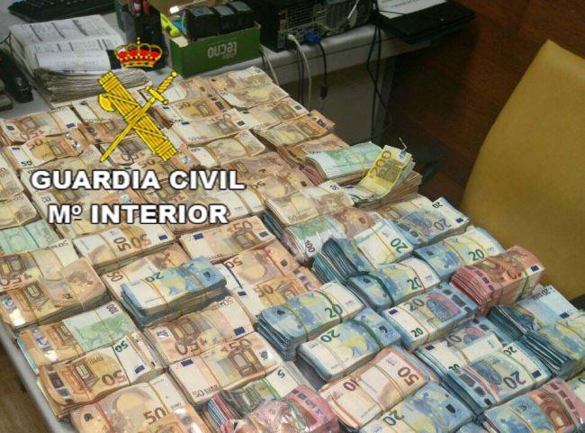 Intervenidos un millón de euros y 300 kilos de hachís en dos registros en Vícar y Huércal de Almería