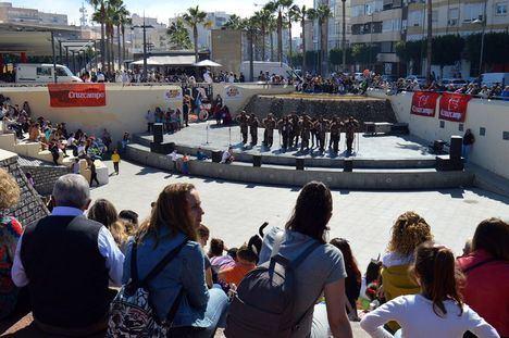 Almería sale a la calle a vivir la alegría y el color del desfile de Carnaval