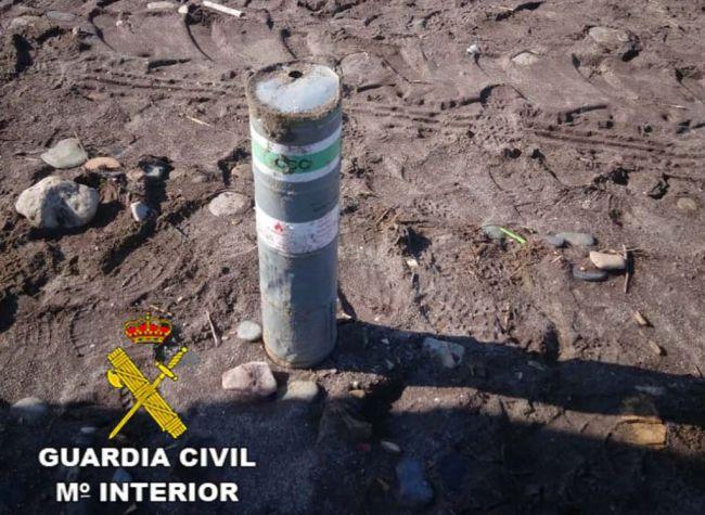 La Guardia Civil se hace cargo de una bengala de señalización localizada en la playa de Balerma-El Ejido