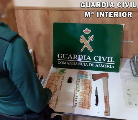 Dos detenidos en Roquetas con cocaína, un hacha y 3.000 euros