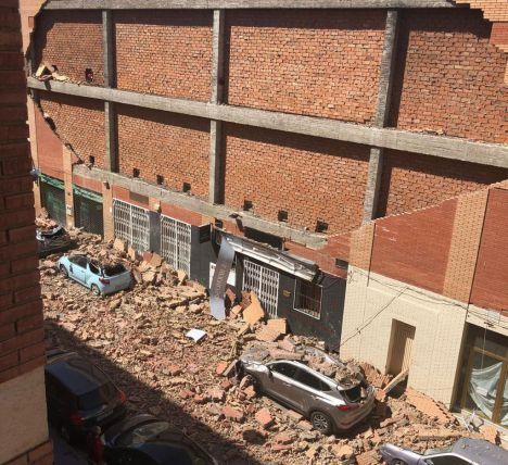 Numerosos coches aplastados por el desprendimiento de un muro en la calle Úbeda