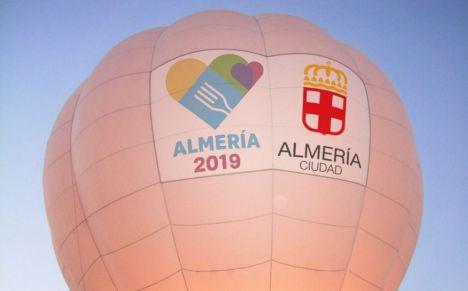 El Ayuntamiento invita a volar en el globo de Almería 2019