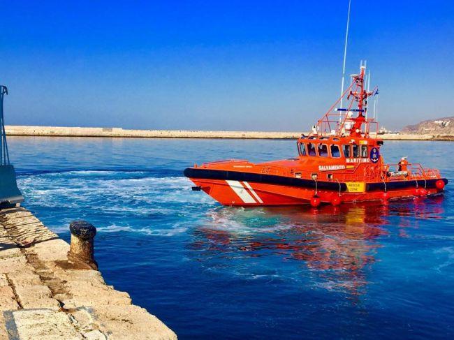 Rescatan a 54 personas de una patera en el mar de Alborán