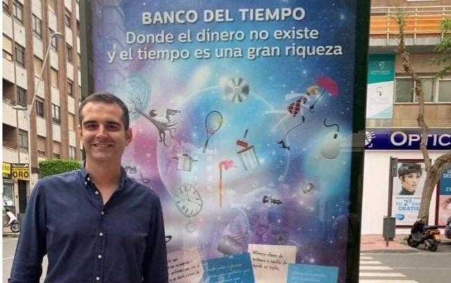 El alcalde se suma con una foto en Facebook a la campaña de promoción del Banco del Tiempo