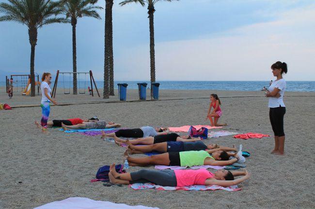 La playas de Roquetas de Mar se preparan para la noche de San Juan