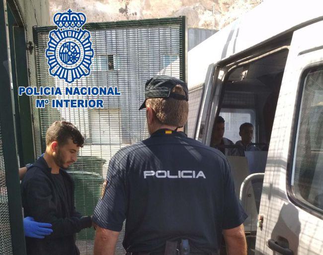 Detenidos en el CIE de Valencia los patrones de una patera que llegó a Almería con 17 inmigrantes