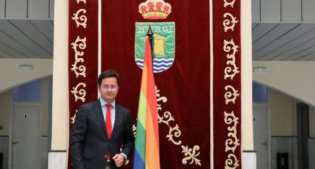 El alcalde de El Ejido coloca la bandera LGTBi a pesar de Vox