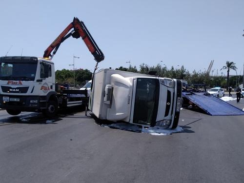 Aparatoso accidente sin víctimas de un camión en la rotonda del Puche