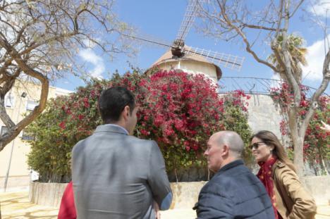 El Ayuntamiento inicia la mejora del entorno del molino que da nombre al barrio de Los Molinos