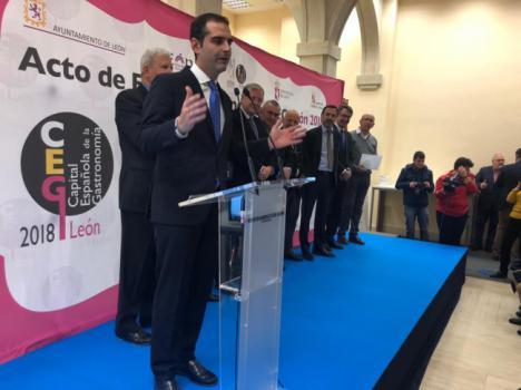El alcalde de Almería entrega uno de los premios de León Capital Gastronómica