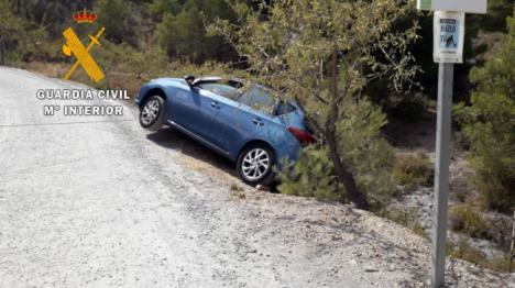 La Guardia Civil auxilia a dos personas en el interior de un vehículo en un talud en Serón