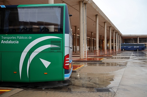 La Junta reconvierte los autobuses escolares para que los usen trabajadores agrícolas