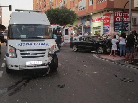 Una ambulancia implicada en un accidente con heridos en la Calle Granada