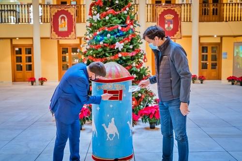 Árbol de Navidad de cinco metros en el Castillo de Santa Ana