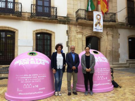 Dos contenedores rosas de Ecovidrio en Vera contra el cáncer de mama