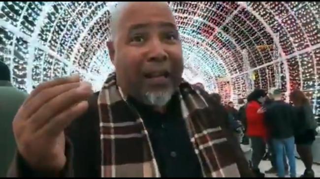 El repentista Alexis Diaz Pimienta improvisa en el tunel navideño de Almería