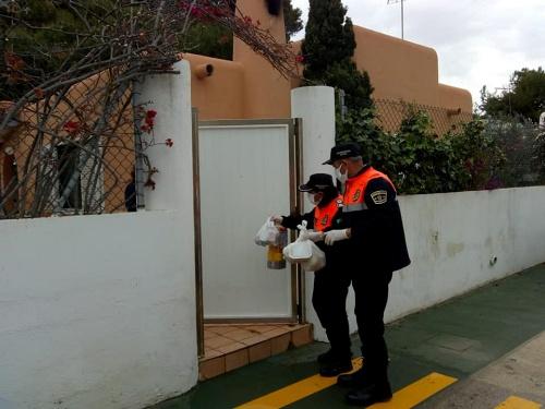 Voluntarios de Protección Civil del Ayuntamiento de Vera se vuelcan con los más vulnerables